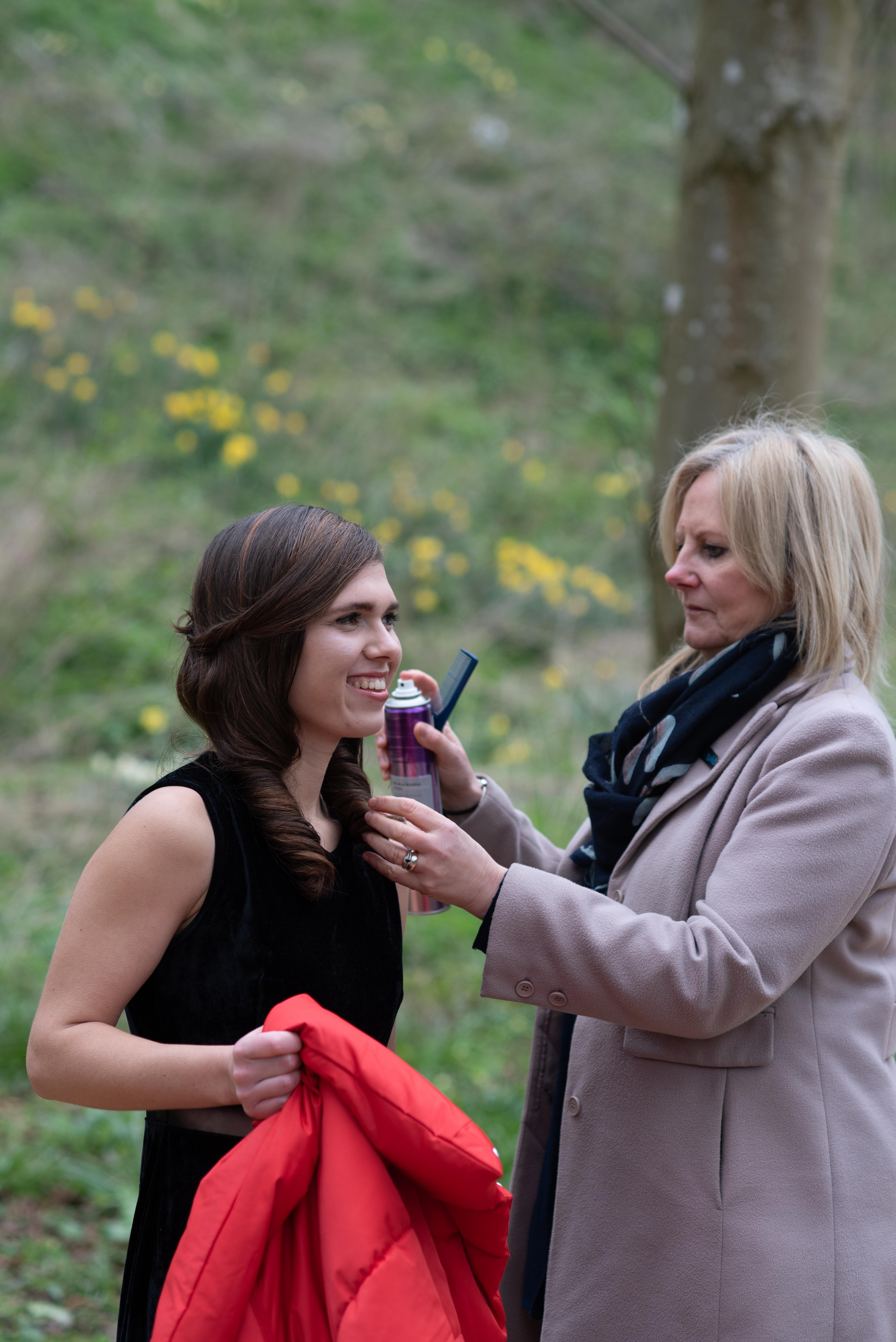 Gillian Smissen makeup's artist doing hair for Adel